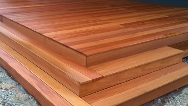 Ryflowane oraz gładkie deski tarasowe z drewna egzotycznego bangkirai