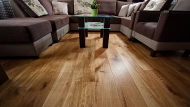 Podłogi i parkiety z naturalnego drewna, także do łazienek i na ogrzewanie podłogowe.