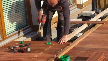 Kupując drewno z usługą montażu zyskujesz niższy VAT oraz gwarancję.