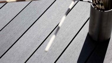 Sprawdż naszą ofertę na kompozytowe deski tarasowe PINUFORM, produkowane przez Mocopinus
